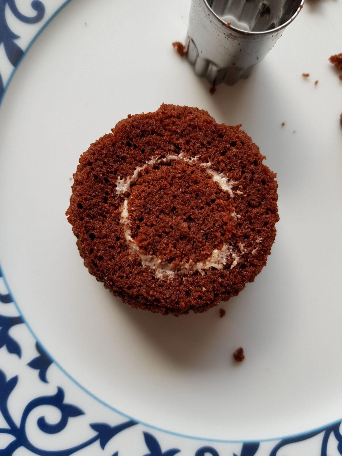 Muffin gefüllt mit Rum-Karamell und wieder verschlossenMuffin gefüllt mit Rum-Karamell und wieder verschlossen