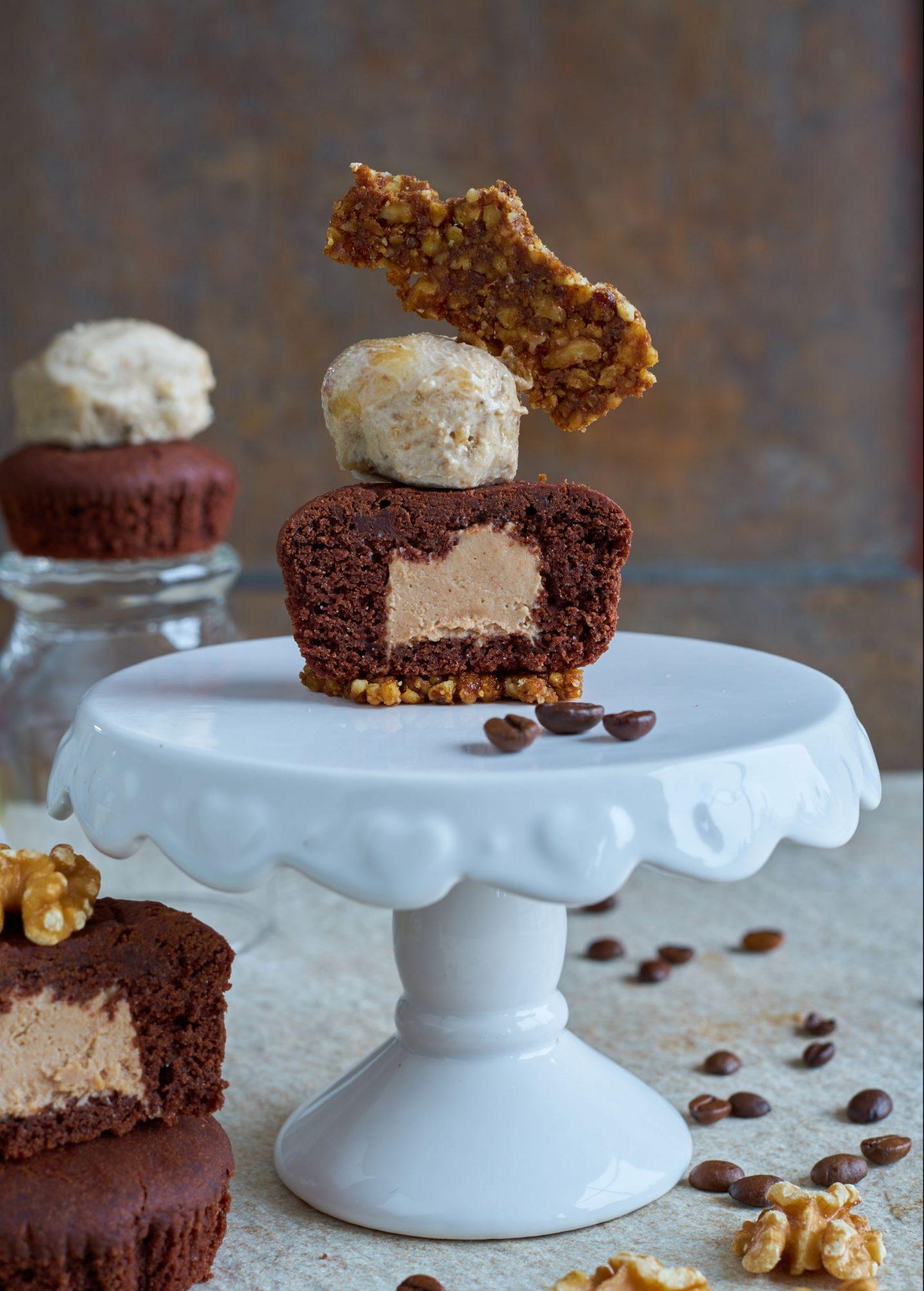 Mokka-Walnuss-Muffin mit fruchtiger Rum-Karamell Füllung getoppt mit Nutty-Eis und Walnusskrokant