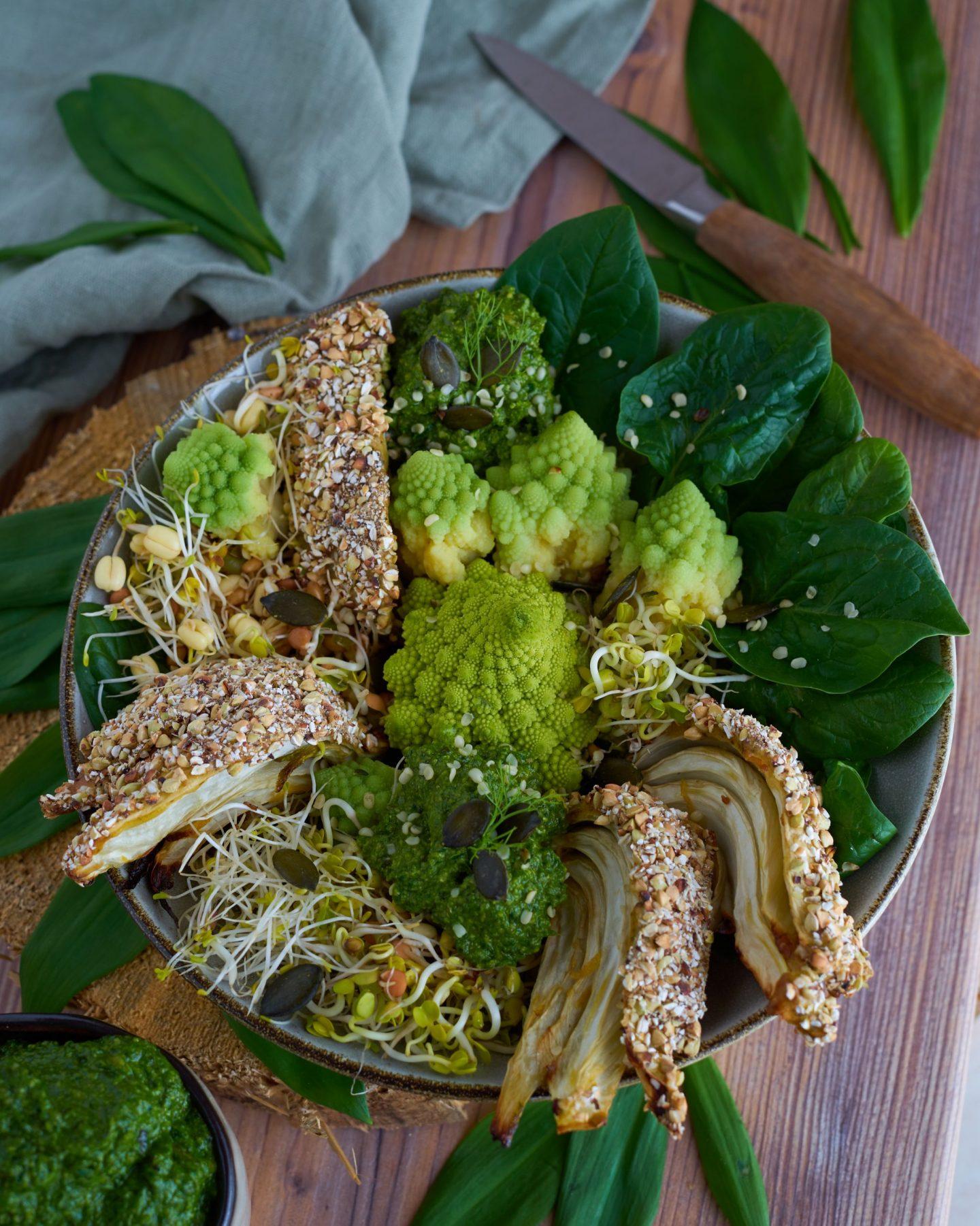 Green Bowl mit Fenchel im Knuspermantel und Bärlauchpesto