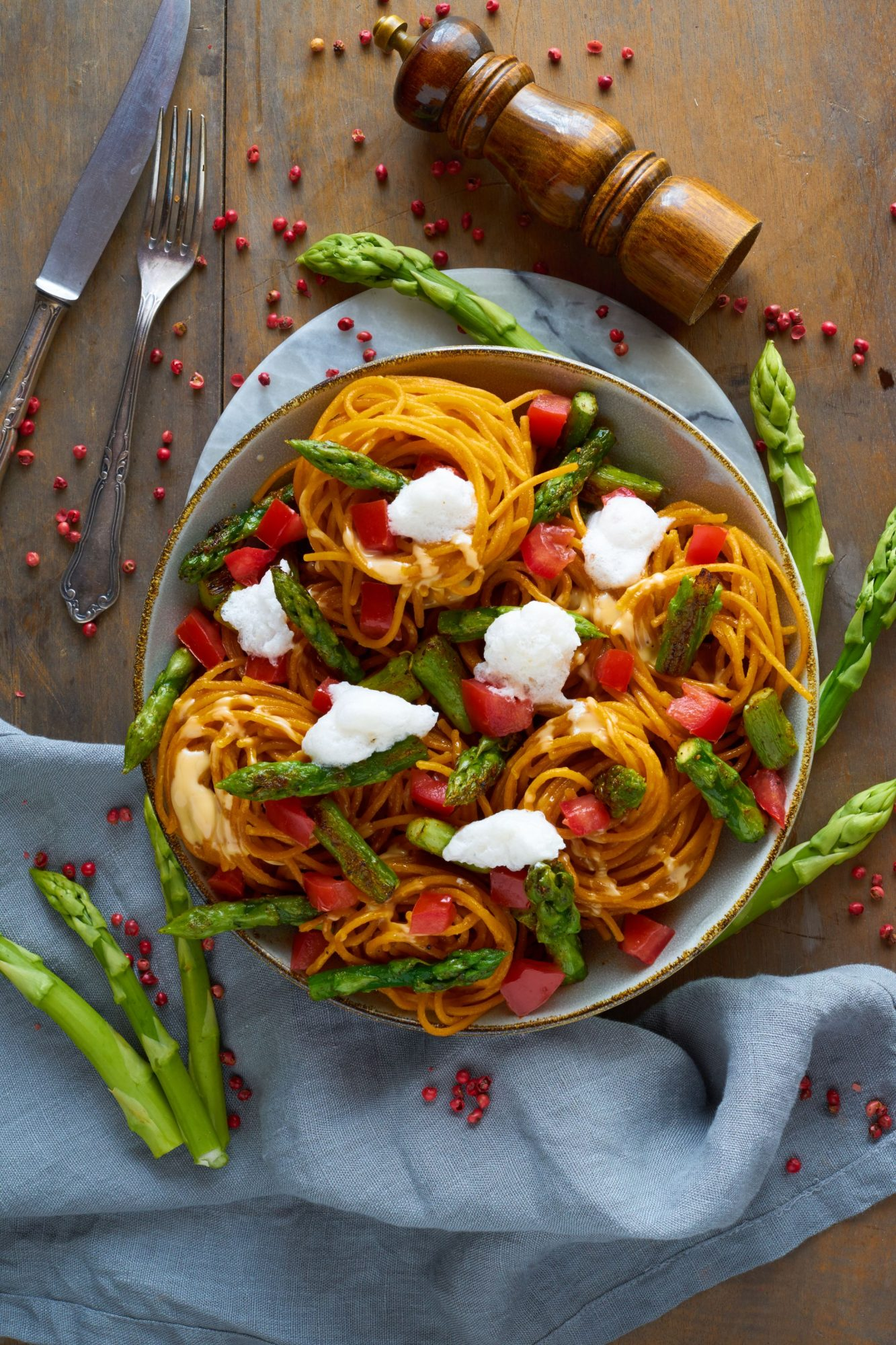 Linsennudeln mit grünem Spargel Tomate und Mandel-Zitronen-Schaum
