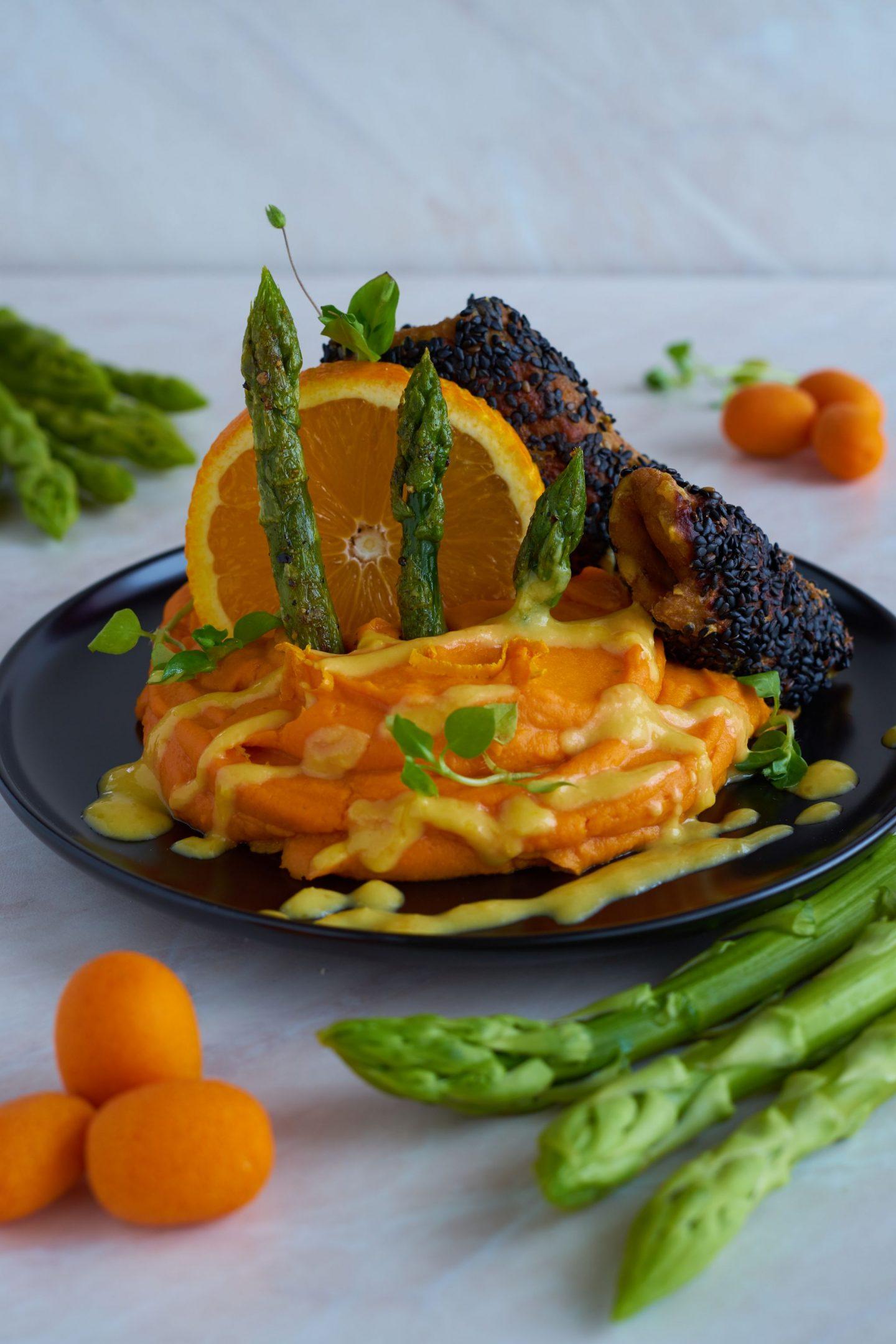 Knusprige Tofu-Röllchen in schwarzem Sesam-Mantel an Süßkartoffelpüree mit grünem Spargel