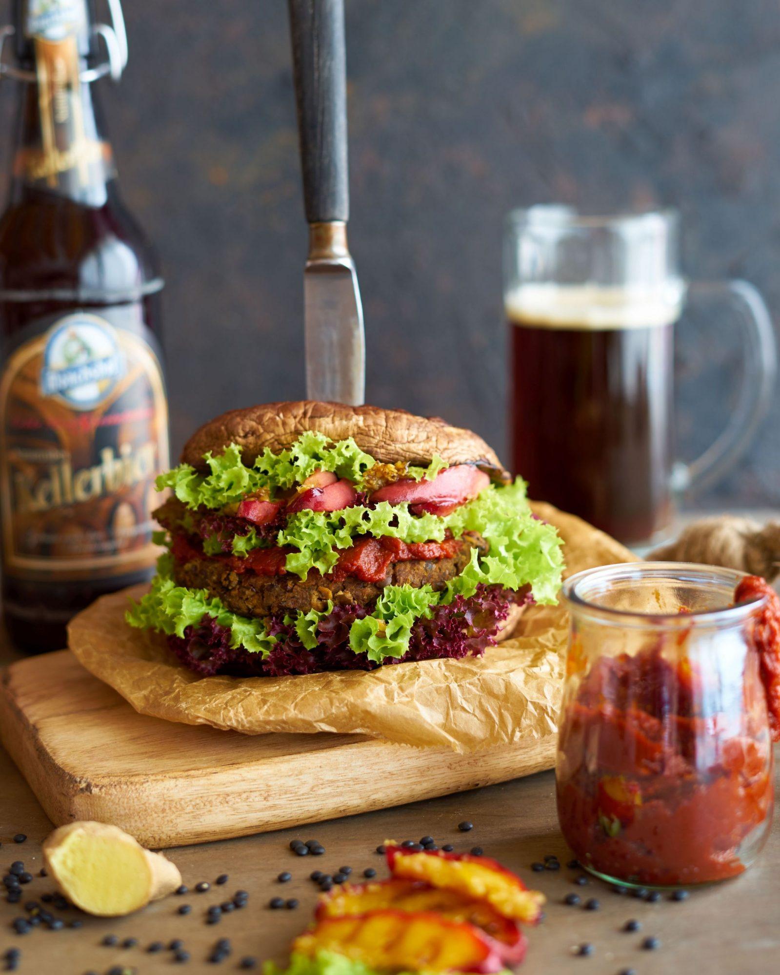 Portobello-Burger mit Linsenpatty gegrillten Ingwer-Pfirsichen und dunklem Bier Ketchup