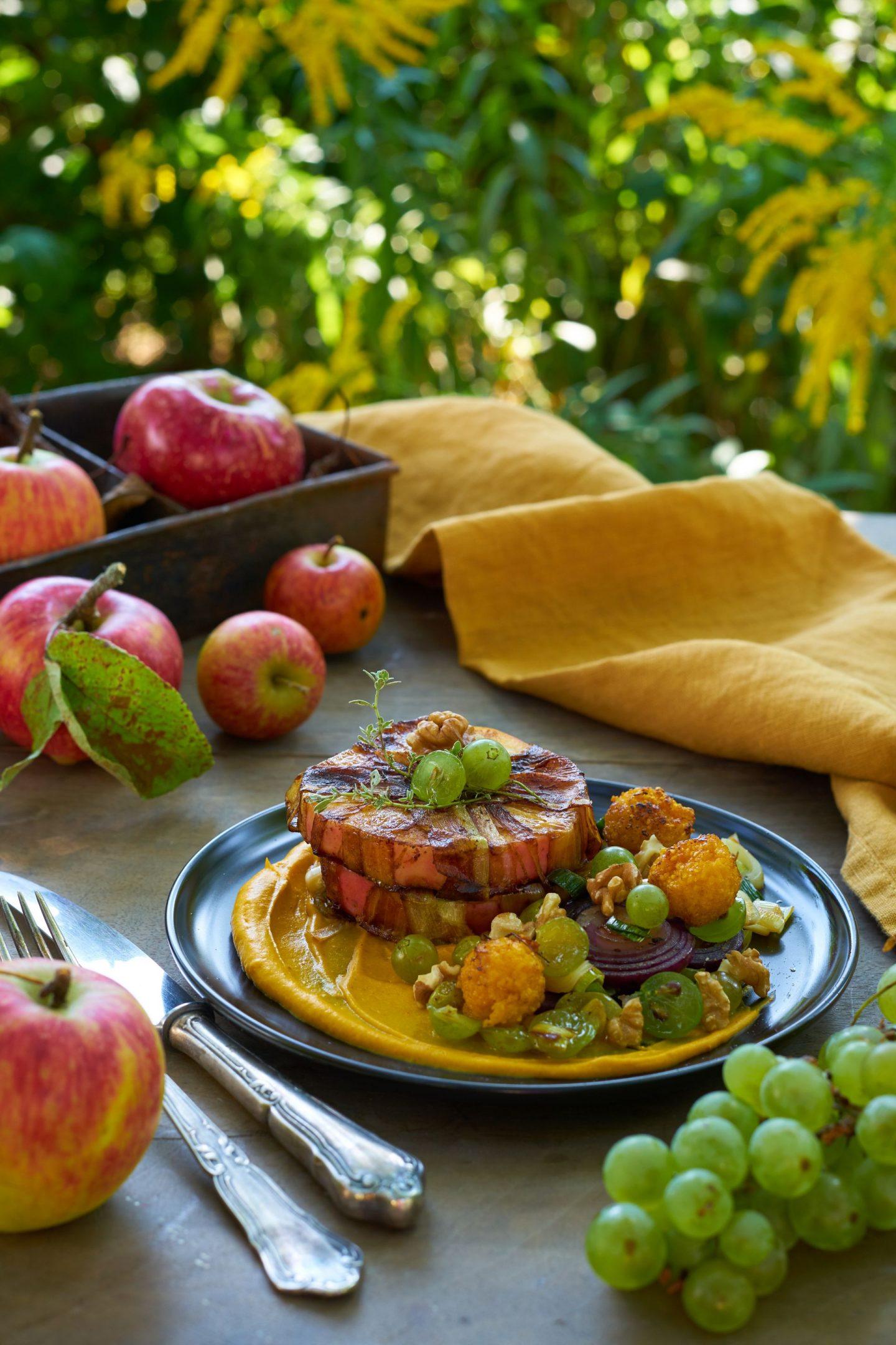 Apfeltürmchen in Lauch-Bacon auf Kürbispüree mit Herbstgemüse und Polenta-Kugeln