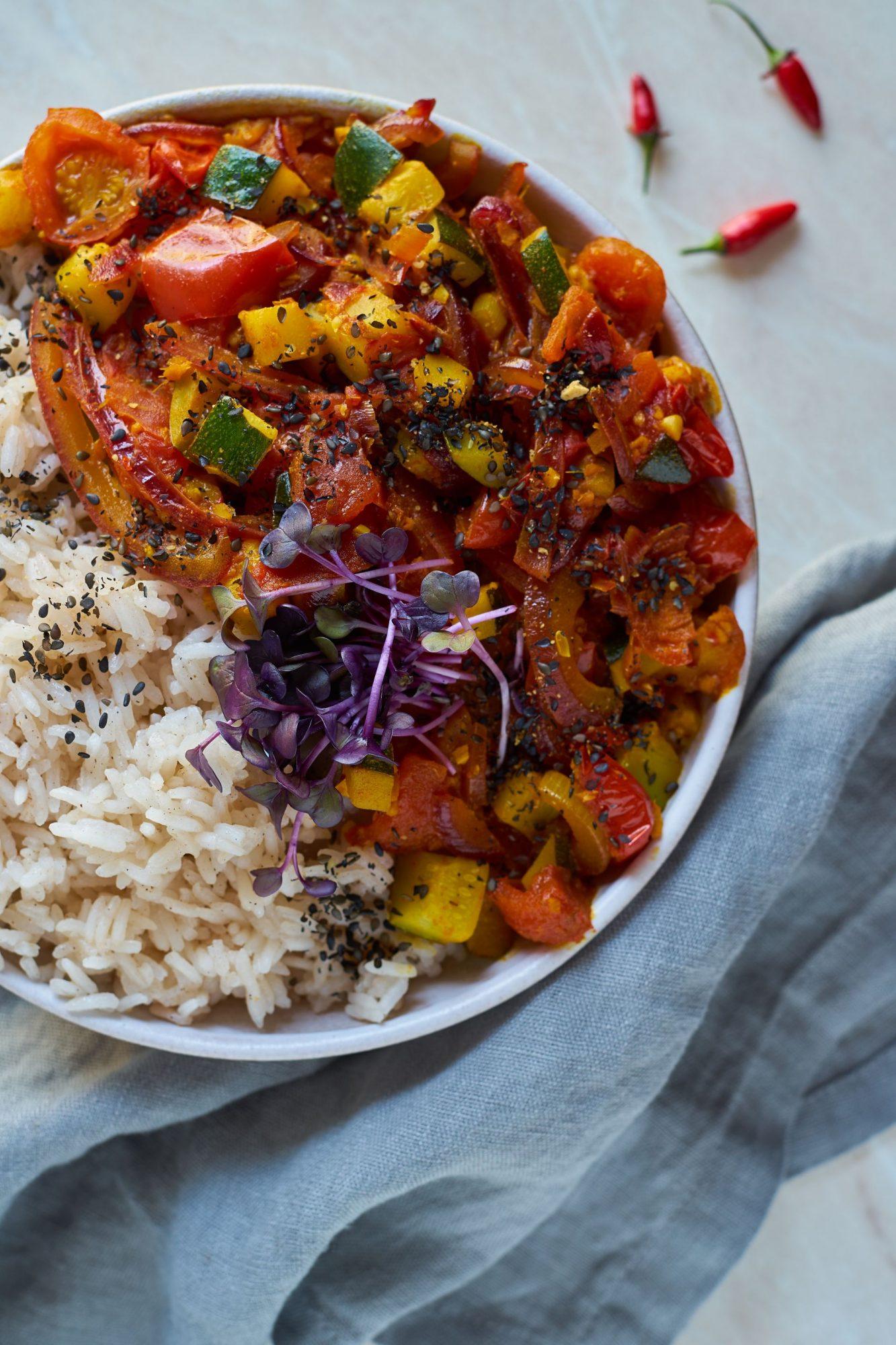 scharfes-Tomaten-Zucchini-Curry-mit-Duftreis